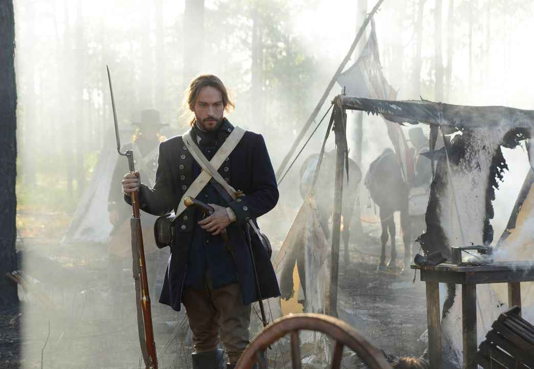 Muss feststellen, dass es neben dem kopflosen Reiter weitere Gefahren in Sleepy Hollow gibt: Ichabod (Tom Mison) ... - Bildquelle: 2013 Twentieth Century Fox Film Corporation. All rights reserved.