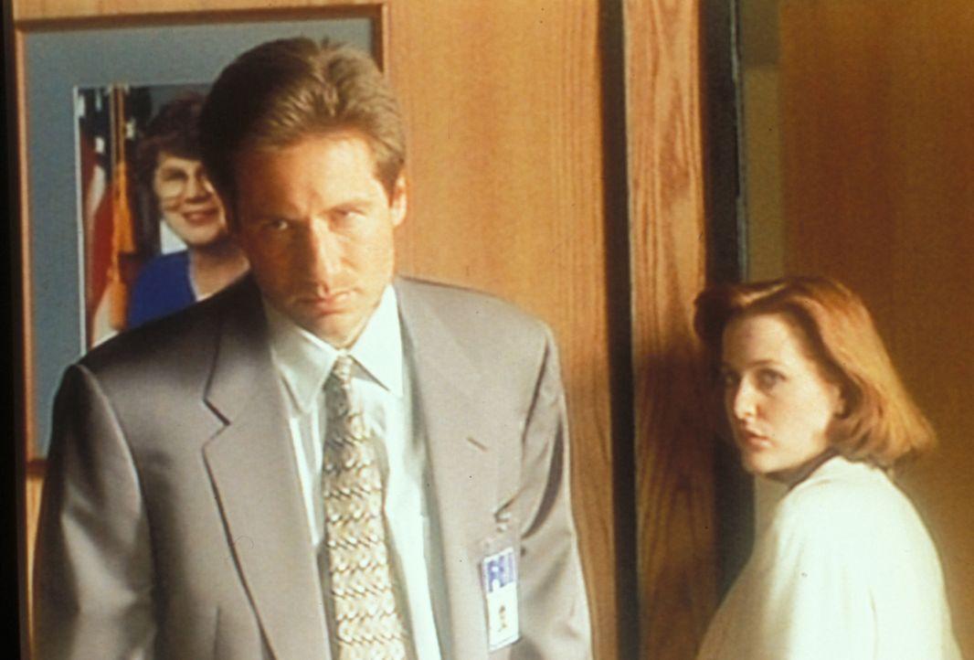 Mulder (David Duchovny, l.) und Scully (Gillian Anderson, r.) verdächtigen ihren Chef, von einer Konspiration zwischen der Regierung und der pharmaz... - Bildquelle: TM +   2000 Twentieth Century Fox Film Corporation. All Rights Reserved.