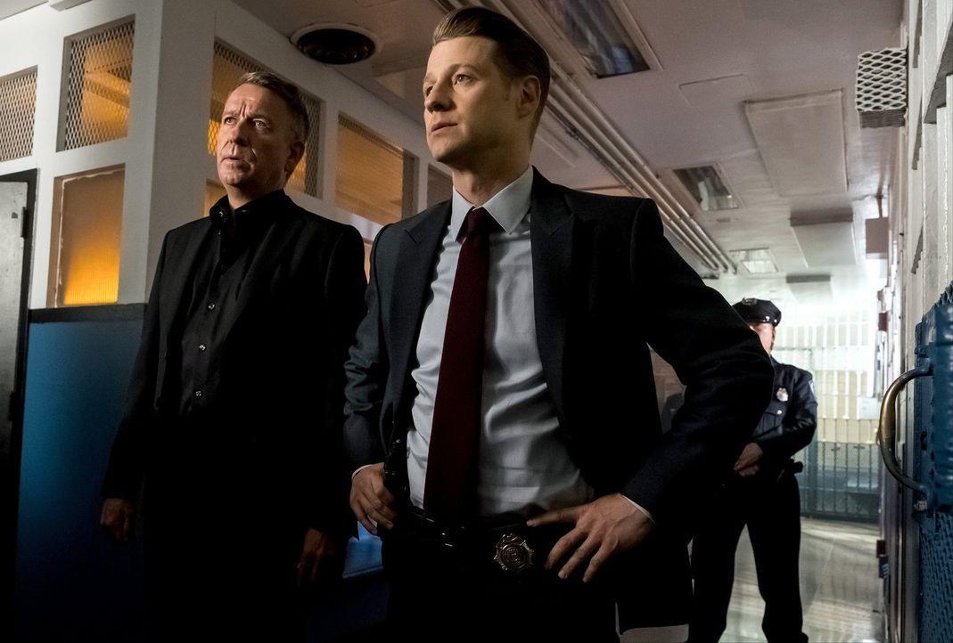 Nehmen Alfred (Sean Pertwee, l.) und Gordon (Ben McKenzie, r.) das Gesetz selber in die Hand, als Ra's al Ghul droht mit dem Mord an einem Jungen? - Bildquelle: 2017 Warner Bros.