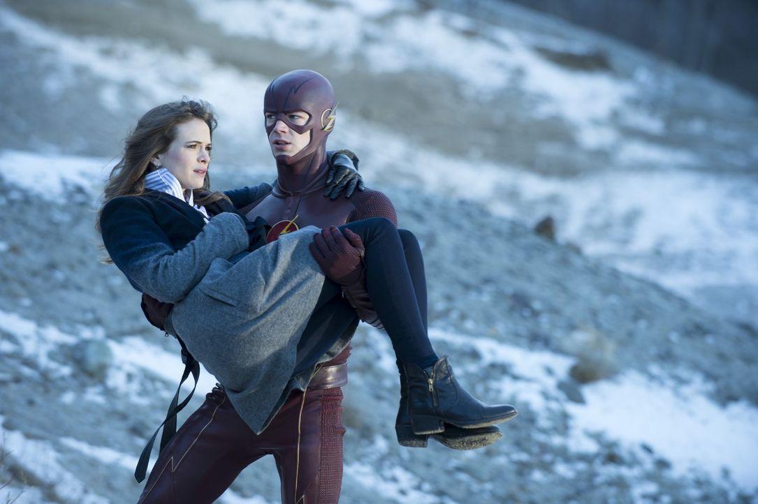 Können Barry alias The Flash (Grant Gustin, r.) und Caitlin (Danielle Panabaker, l.) noch rechtzeitig fliehen, bevor Ronnies Körper wie eine Nuklear... - Bildquelle: Warner Brothers.