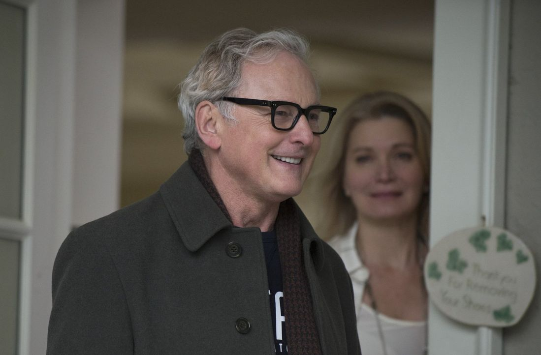 Als Dr. Stein (Victor Garber, l.) zu seiner Frau Clarissa (Isabella Hofmann, r.) zurückkehrt ahnt noch keiner, dass General Eiling bereits nach ihm... - Bildquelle: Warner Brothers.