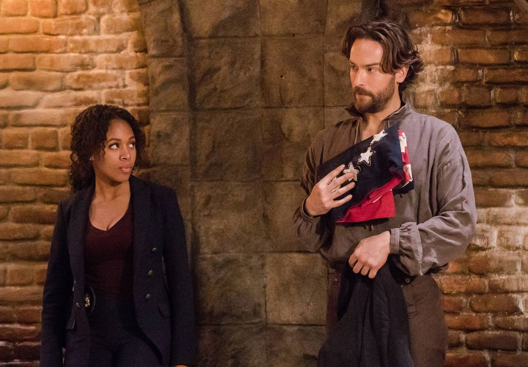 Gehen eine ungewöhnliche Allianz ein: Abbie (Nicole Beharie, l.) und Crane (Tom Mison, r.) ... - Bildquelle: 2015-2016 Fox and its related entities.  All rights reserved.