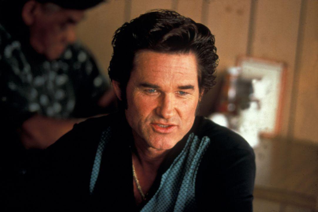 Als sein mörderischer Kumpel Murphy mit der Beute verschwindet, heftet sich Michael (Kurt Russell) an seine Fersen. Doch dabei kleben Kellnerin Cybi... - Bildquelle: Francise Pictures