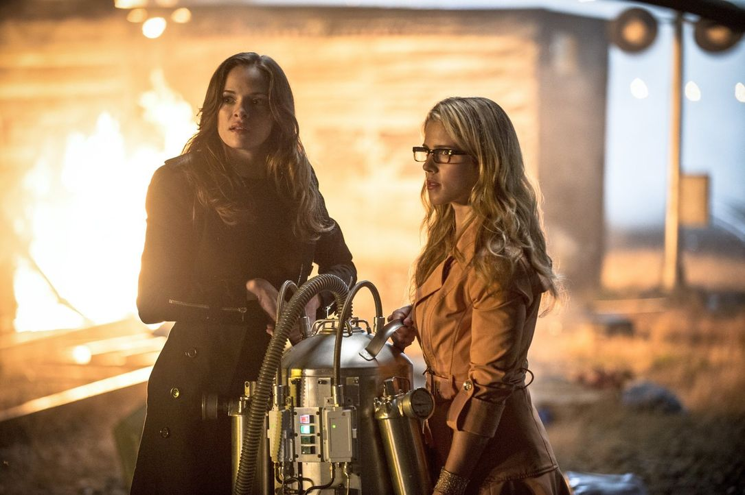 Stehen Barry im Kampf gegen Captain Cold zur Seite: Felicity (Emily Bett Rickards, r.) und Caitlin (Danielle Panabaker, l.) ... - Bildquelle: Warner Brothers.
