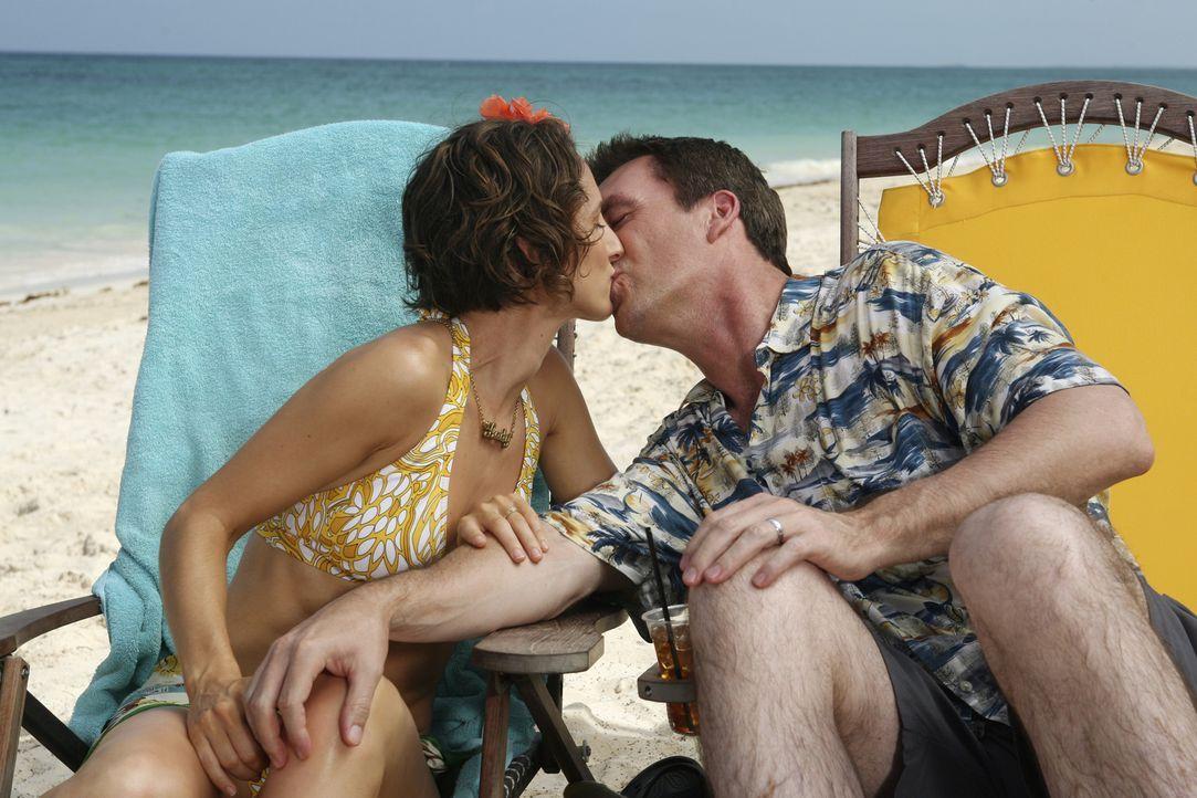 Sind total verliebt und freuen sich auf ihre Hochzeit: der Hausmeister (Neil Flynn, r.) und seine Lady (Kit Pongetti, l.) ... - Bildquelle: Touchstone Television