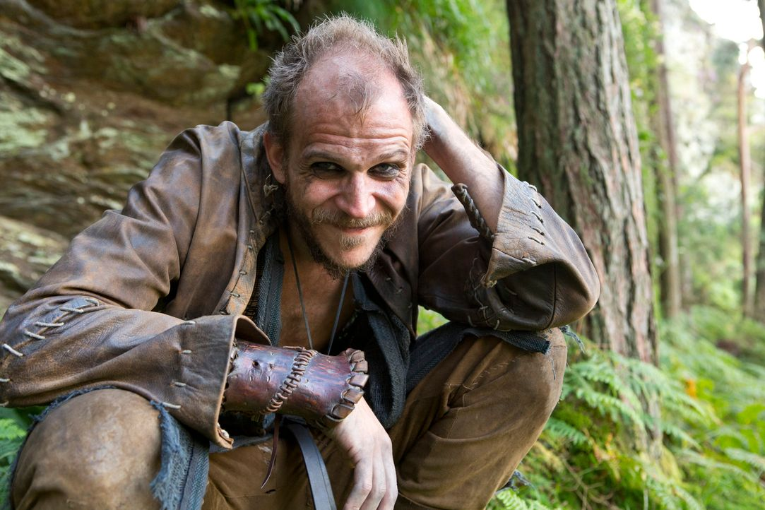 Der seltsame Bootsbauer Floki (Gustaf Skarsgård) ist der entscheidende Teil in Ragnars Plan ... - Bildquelle: 2013 TM TELEVISION PRODUCTIONS LIMITED/T5 VIKINGS PRODUCTIONS INC. ALL RIGHTS RESERVED.