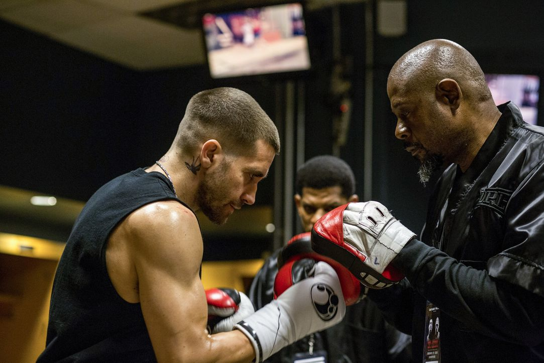 Am Tiefpunkt seines Lebens angekommen, wendet sich der ehemalige Box-Champion Billy Hope (Jake Gyllenhaal, l.) an den früheren Profitrainer Tick Wil... - Bildquelle: Scott Garfield Tobis Film/   2014 The Weinstein Company. All Rights reserved.