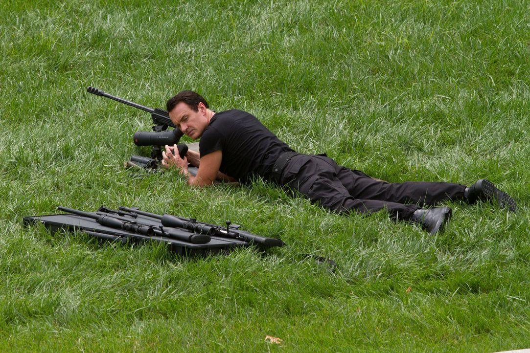 Wer in seinem Visier landet, hat nichts zu lachen: Wyatts Handlanger Miles Meachum (Julian McMahon) greift für seinen Chef zu tödlichen Waffen. - Bildquelle: 2012 Paranoia Acquisitions LLC. All rights reserved.