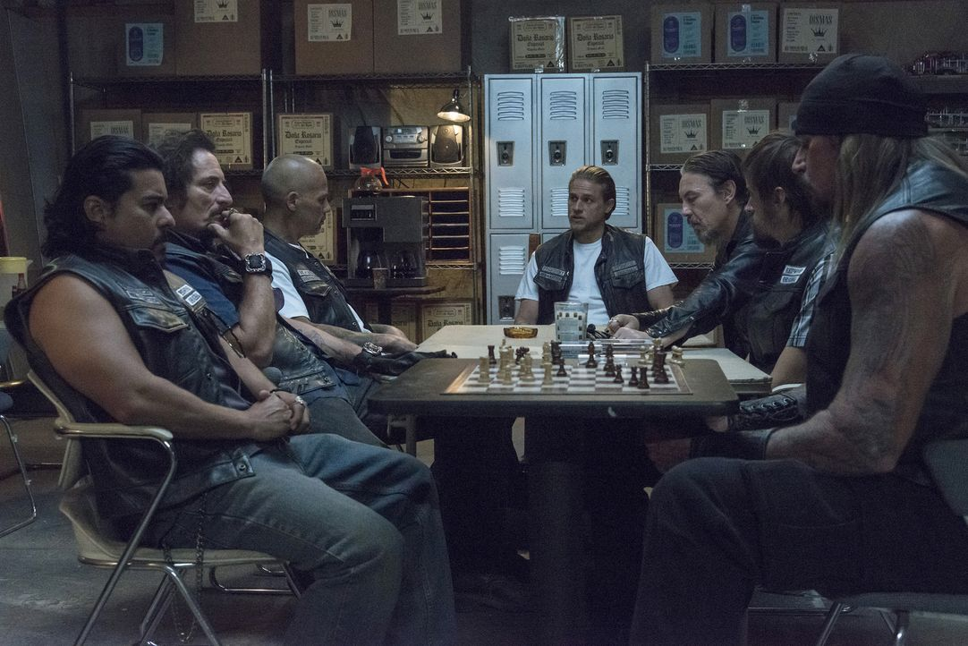 Jetzt, wo die Wahrheit herausgekommen ist, muss Jax (Charlie Hunnam, M.) ein Treffen des Clubs organisieren: (v.l.n.r.) Montez (Jacob Vargas), Tig (... - Bildquelle: Prashant Gupta 2013 Twentieth Century Fox Film Corporation and Bluebush Productions, LLC. All rights reserved.
