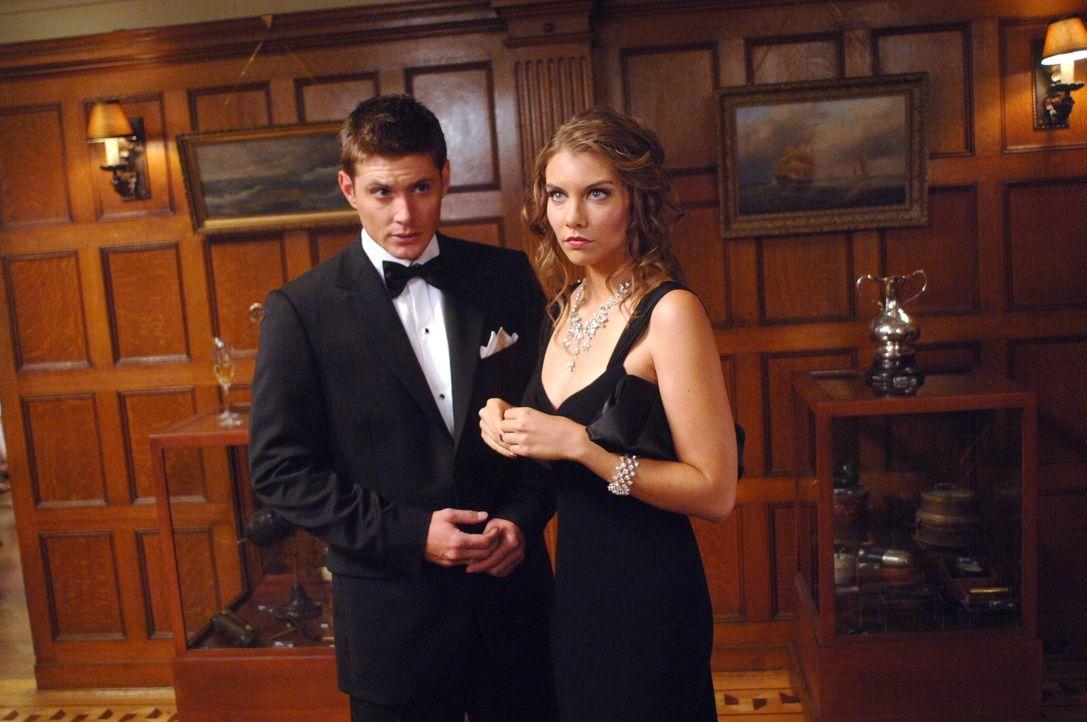 Die Brüder Sam und Dean (Jensen Ackles, l.) müssen sich bei ihren Ermittlungen mit Bela (Lauren Cohan, r.) herumschlagen, die von der Familie eines... - Bildquelle: Warner Bros. Television