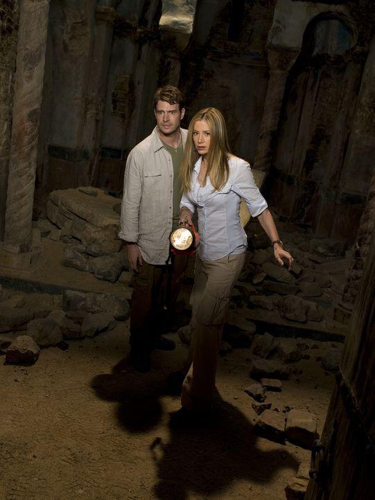 Gemeinsam versuchen FBI-Agent Sean Daley (Scott Foley, M.) und die Archäologin Tess Chakyin (Mira Sorvino, r.) das Artefakt wiederzufinden und den H... - Bildquelle: 2008 Templar Productions (Muse) Inc. All Rights Reserved