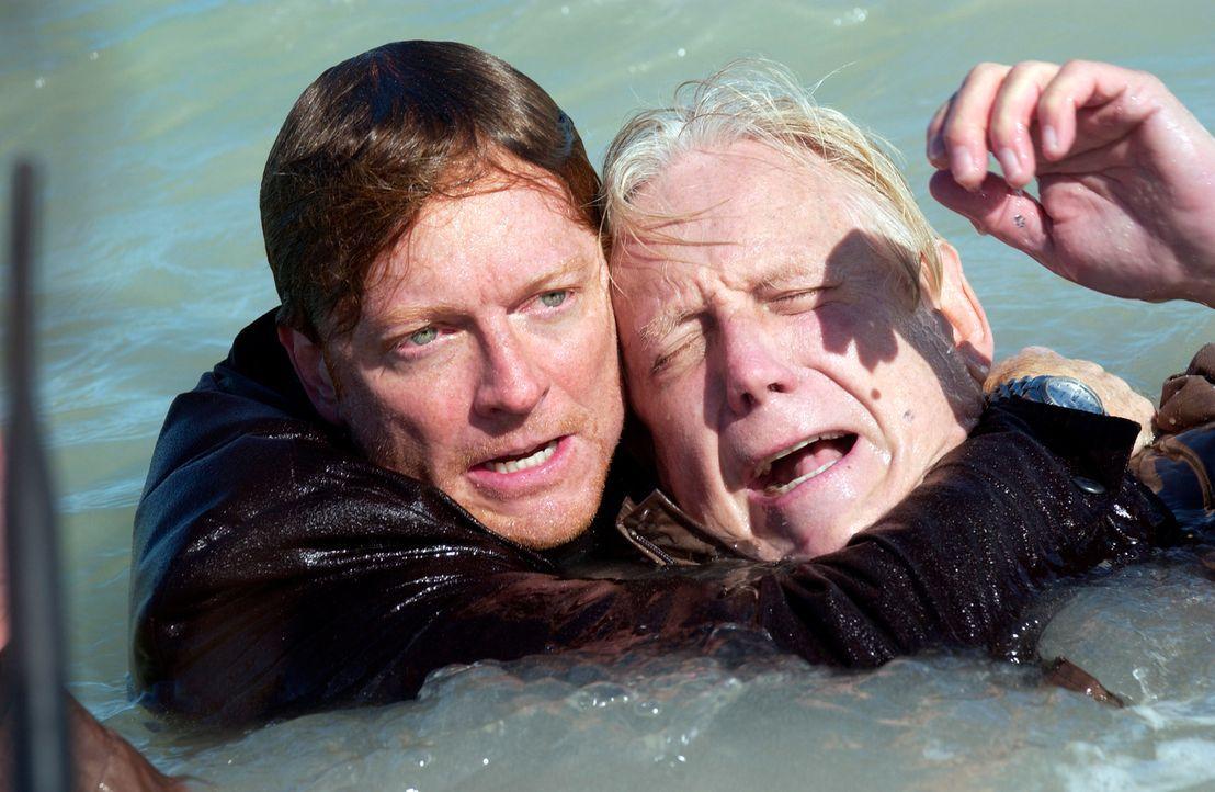 Emily und Bruce können mit ihrem Flugzeug dem Unwetter entkommen. Howard (Eric Stoltz, l.) und Stan (Bruce Davison, r.) überleben den merkwürdigen U... - Bildquelle: The Sci-Fi Channel