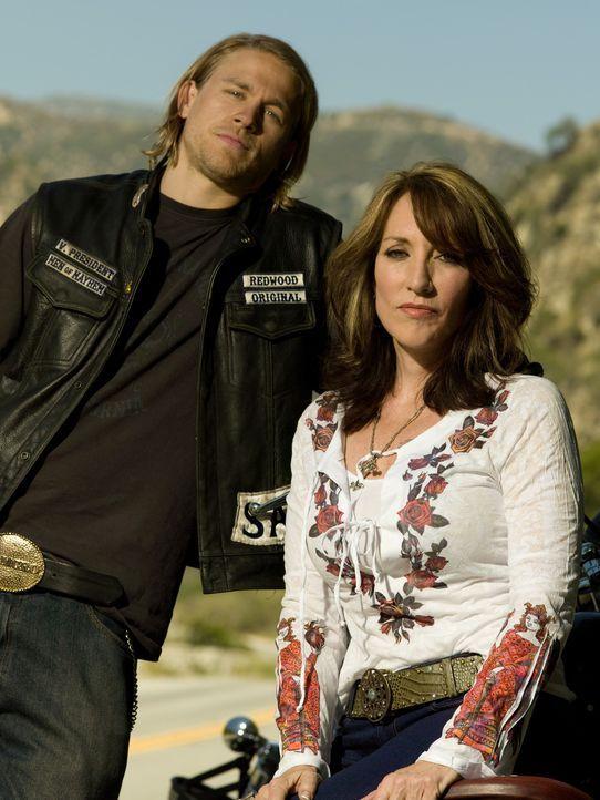 (1. Staffel) - Hat Gemma (Katey Sagal, r.) ein Geheimnis vor ihrem Sohn Jax (Charlie Hunnam, l.)? - Bildquelle: 2008 FX Networks, LLC. All rights reserved.