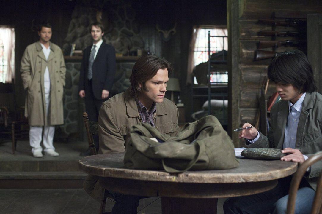 Um eine geheimnisvolle Tafel lesen zu können, braucht Sam (Jared Padalecki, vorne l.) die Hilfe von Kevin Tran (Osric Chau, vorne r.). Er wurde ause... - Bildquelle: Warner Bros. Television