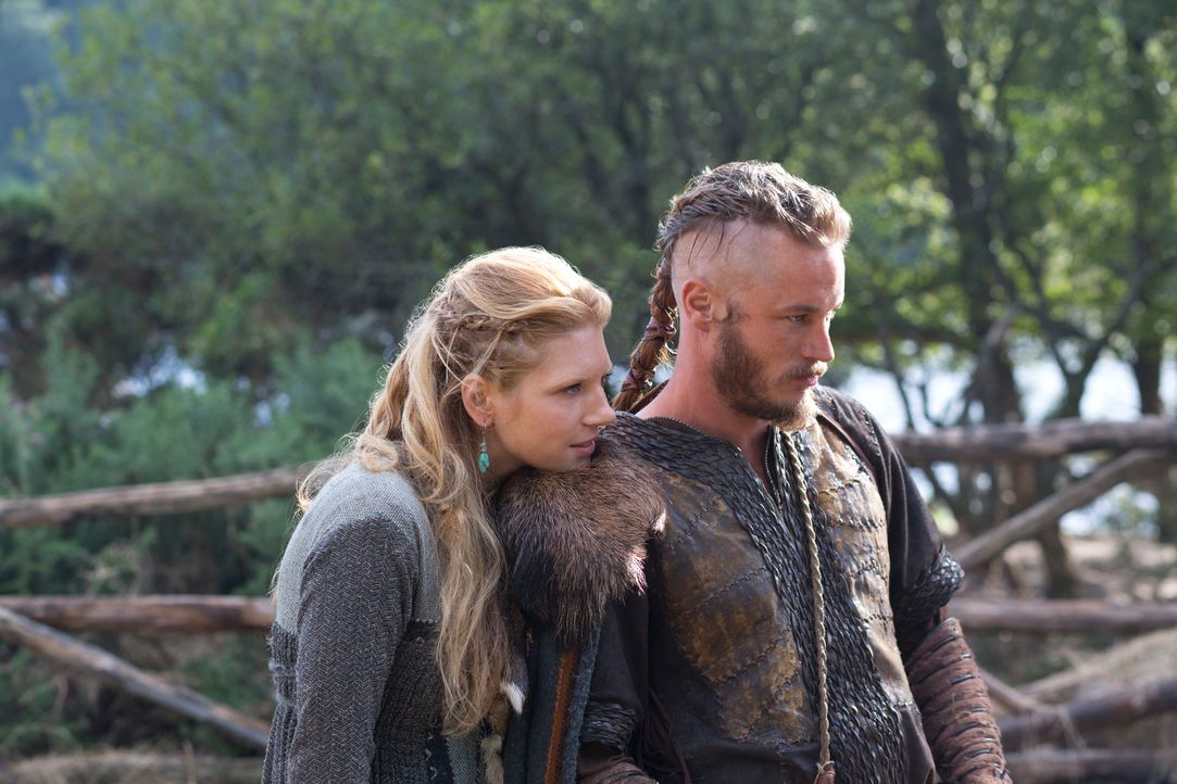 Sind immer wieder überrascht, welch eigenartige Ansichten ihr Mönch im Namen seines Gottes vertritt: Ragnar (Travis Fimmel, r.) und seine Lagertha (... - Bildquelle: 2013 TM TELEVISION PRODUCTIONS LIMITED/T5 VIKINGS PRODUCTIONS INC. ALL RIGHTS RESERVED.