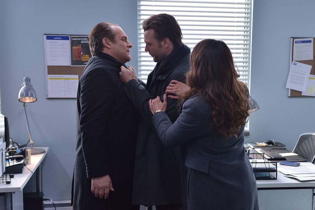 Eph (Corey Stoll, M.) und Nora (Mia Maestro, r.) sind geschockt, als Dr. Everett Barnes (Daniel Kash, l.) die vier Überlebenden aus der Quarantäne e... - Bildquelle: 2014 Fox and its related entities. All rights reserved.