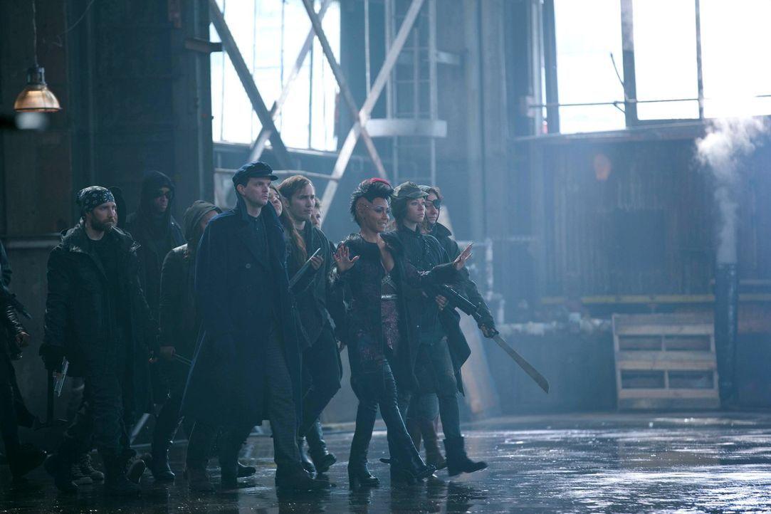 Der Bandenkrieg in Gotham City eskaliert immer mehr. Fish Mooney (Jada Pinkett Smith, 3.v.r.) kehrt in die Stadt zurück und konfrontiert Maroni und... - Bildquelle: Warner Bros. Entertainment, Inc.