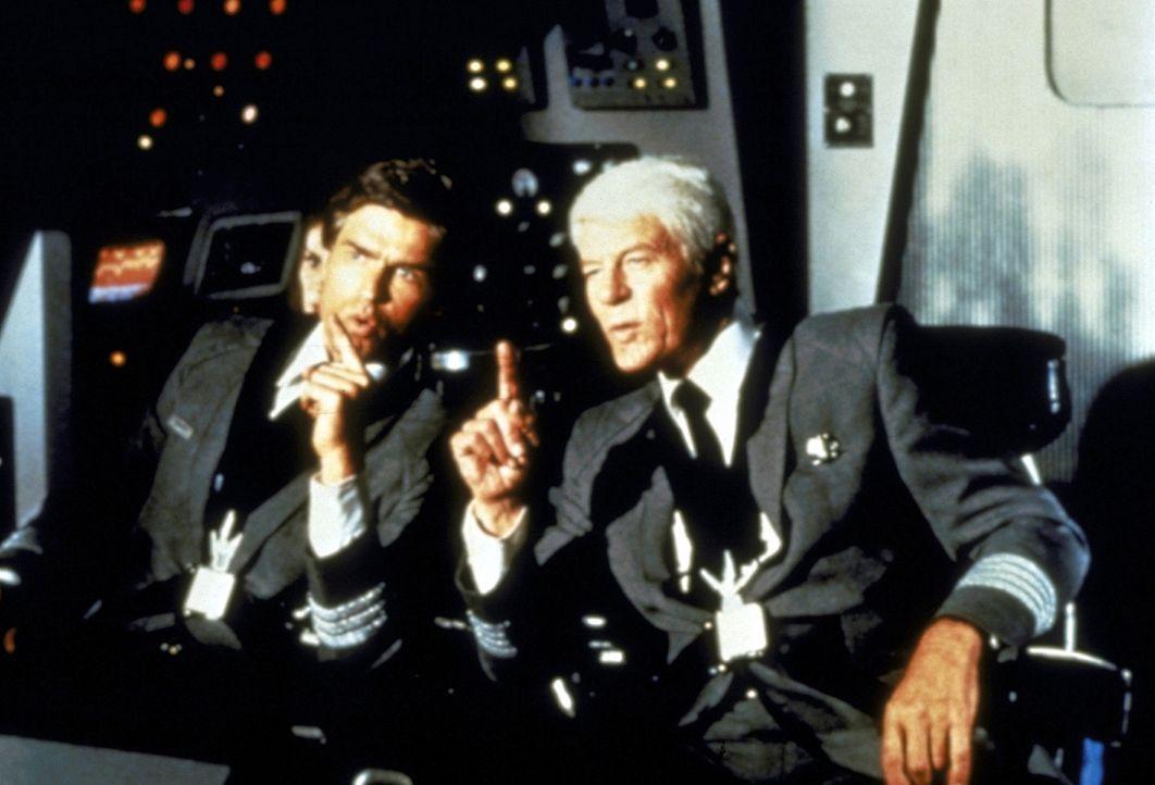 Ted Striker (Robert Hays, l.) bricht aus der Nervenheilanstalt aus und gelangt noch rechtzeitig an Bord des Raumschiffes, um Captain Oveur (Peter Gr... - Bildquelle: Paramount Pictures