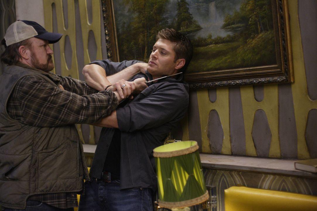 Ein Dämon ist in Bobby (Jim Beaver, l.) geschlüpft, der nun auf Dean (Jensen Ackles, r.) losgeht. Kann sich Dean noch rechtzeitig aus dessen Fängen... - Bildquelle: Warner Bros. Television