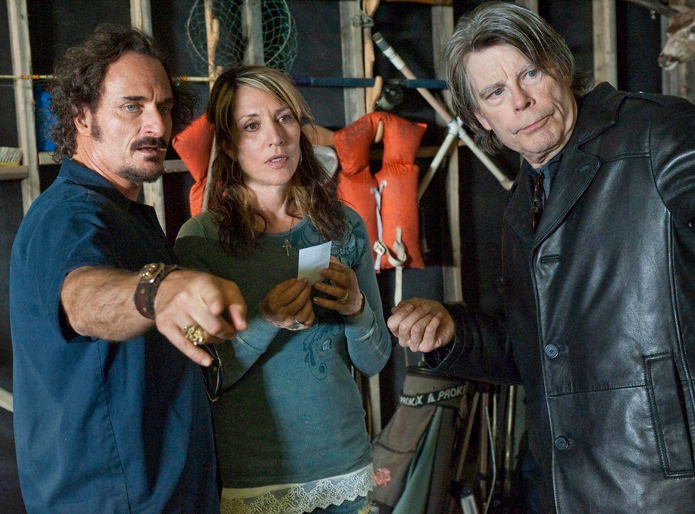 Gemma (Katey Sagal, M.) und Tig (Kim Coates, l.) haben ein kleines Problem und hoffen sehr, dass ihnen Bachman (Stephen King, r.) helfen kann. - Bildquelle: 2010 FX Networks, LLC. All rights reserved.