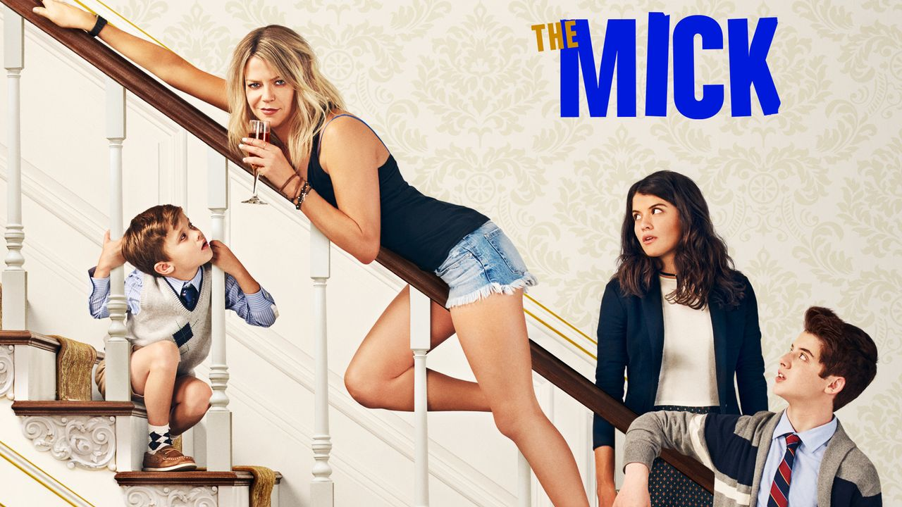 "(1. Staffel) - Wider Willen wird Großmaul Mackenzie ""Mickey"" Murphy (Kaitlin Olson, 2.v.l.) zur Adoptivmutter ihrer Nichte Sabrina (Sofia Black-D'El... - Bildquelle: 2017 Twentieth Century Fox Film Corporation.  All rights reserved."