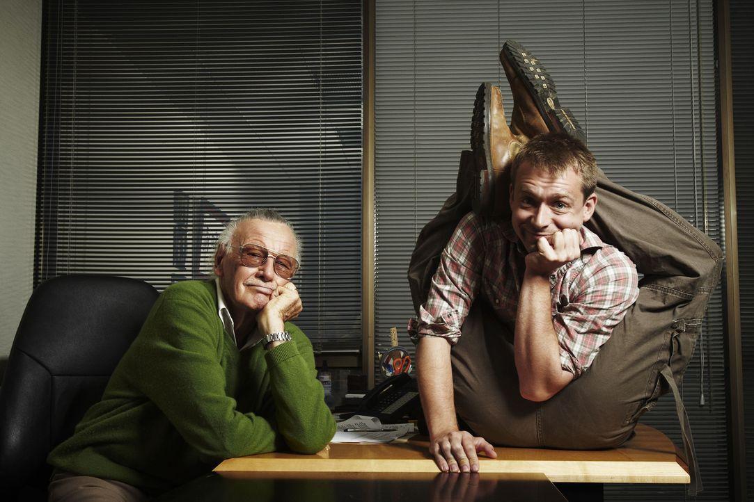 Für seine Suche nach Menschen mit außergewöhnlichen Fähigkeiten hat Stan Lee (l.) einen Mann ausgewählt, der selbst Dinge fertig bringt, die andere... - Bildquelle: 2011 A&E TELEVISION NETWORKS, LLC. ALL RIGHTS RESERVED.