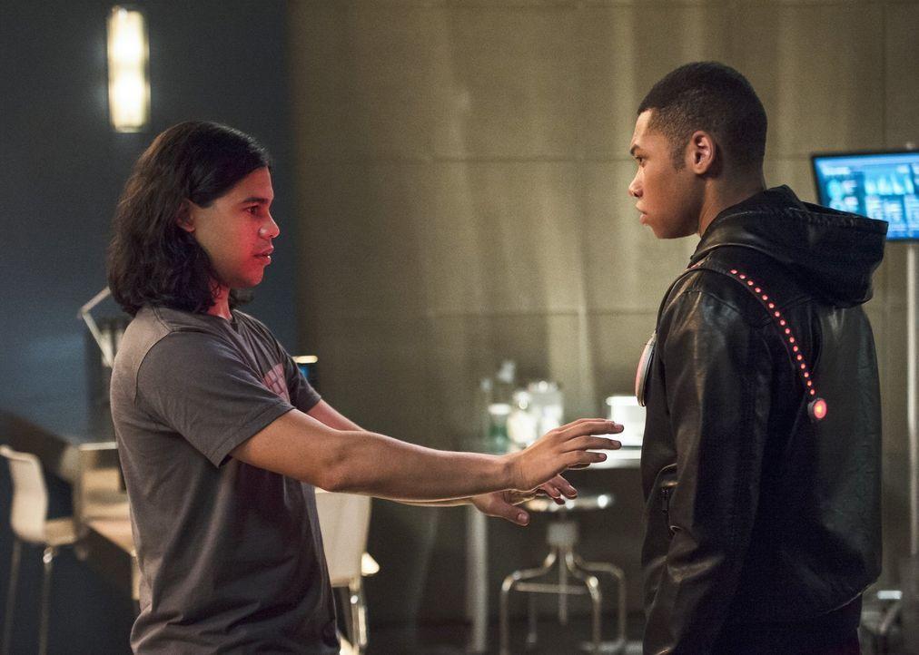 Nicht nur Jefferson 'Jax' Jacksons (Franz Drameh, r.) Leben könnte sich durch seine neue Fähigkeit vollkommen verändern, sondern auch Ciscos (Carlos... - Bildquelle: 2015 Warner Brothers.