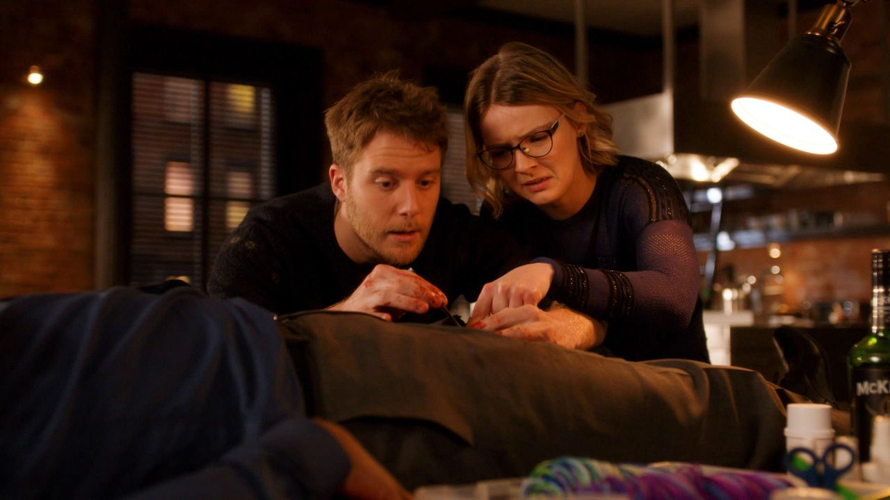 Eigentlich wollten Brian (Jake McDorman, l.) und seine Schwester Rachel (Megan Guinan, r.) einen gemütlichen Abend verbringen, doch der wird durch e... - Bildquelle: 2016 CBS Broadcasting, Inc. All Rights Reserved