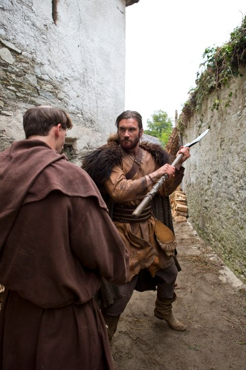 Nach Tagen auf See treffen Rolle (Clive Standen, r.) und seine Männer auf Land und ein Kloster voller Menschen mit einem fremden Gott ... - Bildquelle: 2013 TM TELEVISION PRODUCTIONS LIMITED/T5 VIKINGS PRODUCTIONS INC. ALL RIGHTS RESERVED.