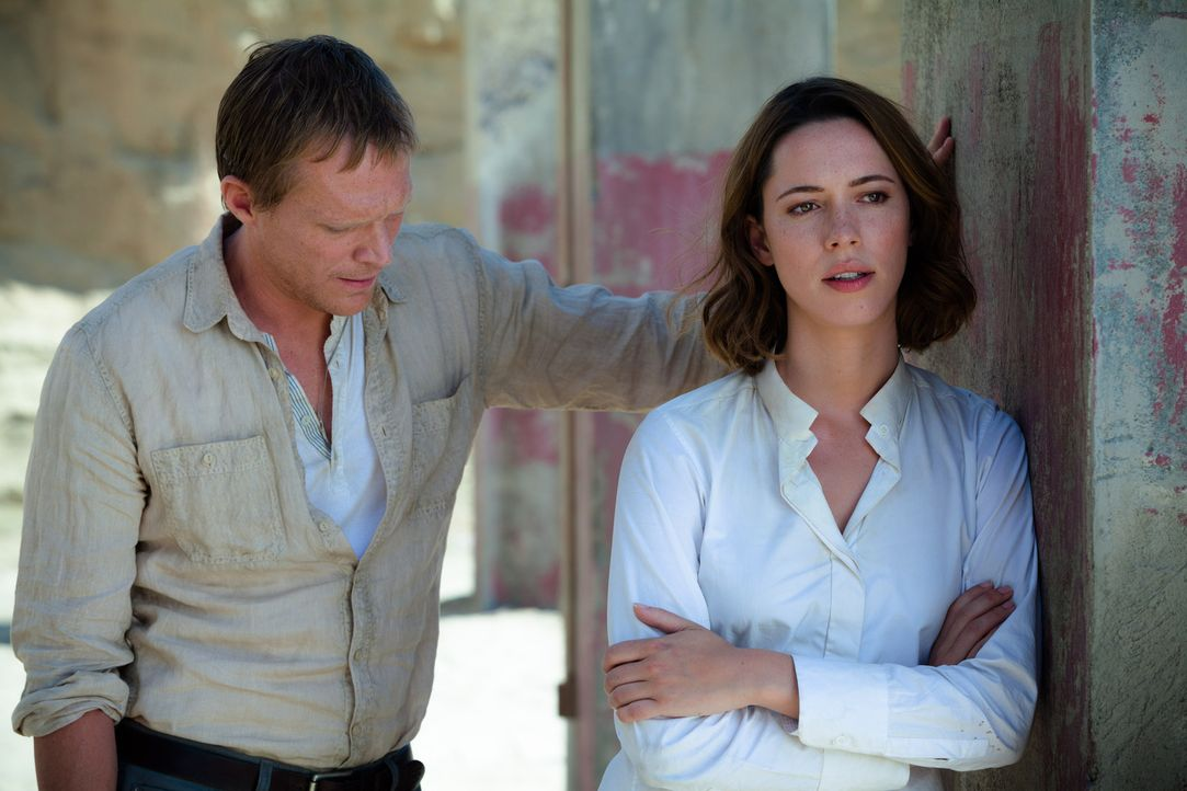 Auf Wunsch von Evelyn (Rebecca Hall, r.), die er sehr verehrt, erklärt sich Computerwissenschaftler Max Waters (Paul Bettany, l.) bereit, das Gehirn... - Bildquelle: Peter Mountain 2013 Alcon Entertainment, LLC. All Rights Reserved