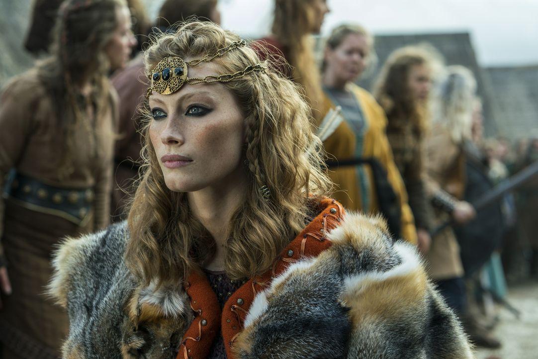 Lagertha hat die Schlacht um Kattegat gewonnen und steht nun Aslaug (Alyssa Sutherland) gegenüber. Diese ist bereit, aufzugeben und Lagertha den Thr... - Bildquelle: 2016 TM PRODUCTIONS LIMITED / T5 VIKINGS III PRODUCTIONS INC. ALL RIGHTS RESERVED.