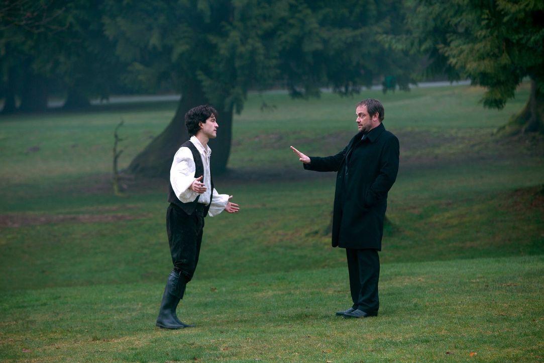Crowley (Mark Sheppard, r.) ist geschockt, als er erkennt, welche Rolle Gavin MacLeod (Theo Devaney, l.) in Abaddons Plan spielt ... - Bildquelle: 2013 Warner Brothers