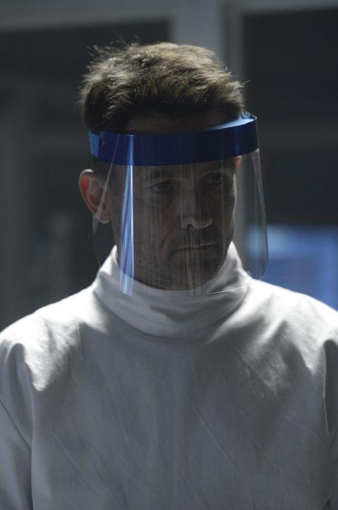 Die Lage seines Bruders verschlechtert sich zusehends, was Alan (Billy Campbell) dazu bringt, ein gefährliches Medikament anzuwenden ... - Bildquelle: 2014 Sony Pictures Television Inc. All Rights Reserved.