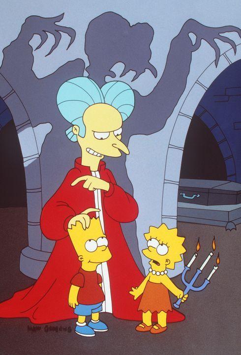 In Barts (l.) Träumen taucht der böse Vampir Mr. Burns (M.) in der Gemäldegalerie der Simpsons auf und verfolgt ihn und seine Schwester Lisa (r.). - Bildquelle: und TM Twenthieth Century Fox Film Corporation - Alle Rechte vorbehalten