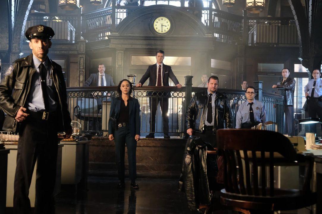 Gordon (Ben McKenzie, 4.v.l.), Harper (Kelcy Griffin, 3.v.l.) und der Rest des GCPD wollen Gotham zeigen, dass sie wieder im Spiel sind und in der S... - Bildquelle: 2017 Warner Bros.