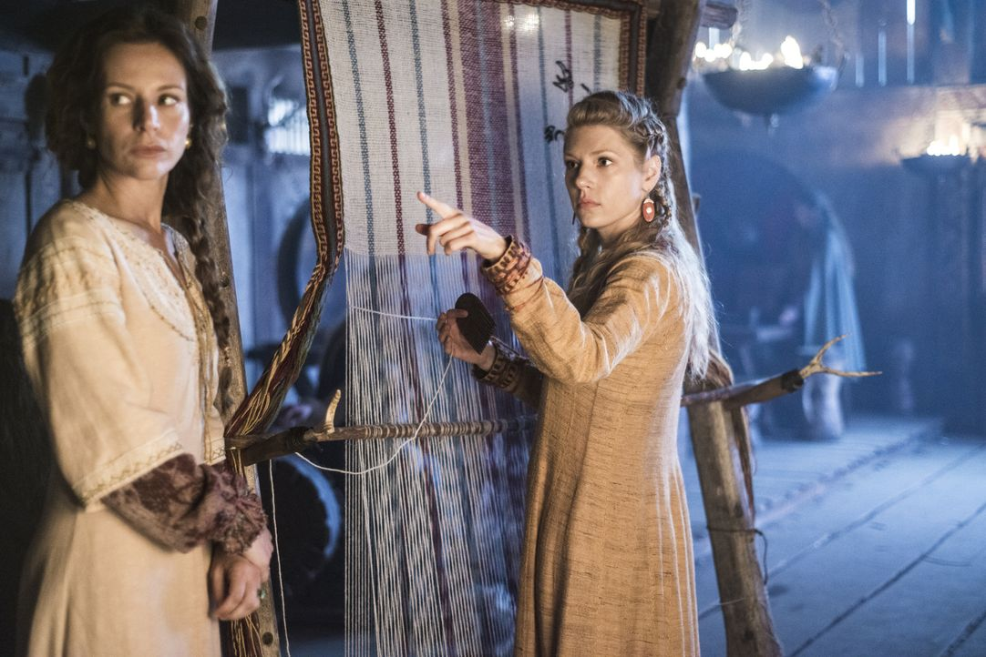 Während Lagertha (Katheryn Winnick, r.) herausfindet, das ihr Mann Ragnar eine Affäre mit Prinzessin Aslaug hatte, fürchtet Siggy (Jessalyn Gilsig,... - Bildquelle: Bernard Walsh 2013 TM TELEVISION PRODUCTIONS LIMITED/T5 VIKINGS PRODUCTIONS INC. ALL RIGHTS RESERVED.