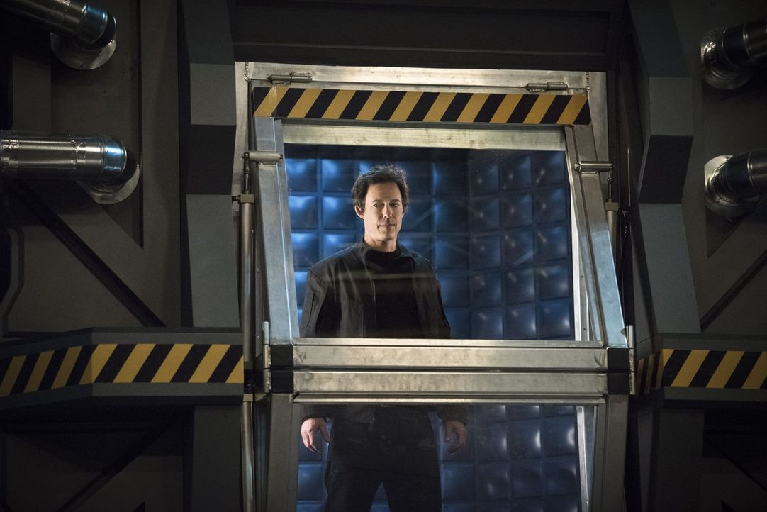 Dr. Wells (Tom Cavanagh) gibt Barry endlich Antworten auf brennende Fragen und macht ihm ein verlockendes Angebot ... - Bildquelle: Warner Brothers.