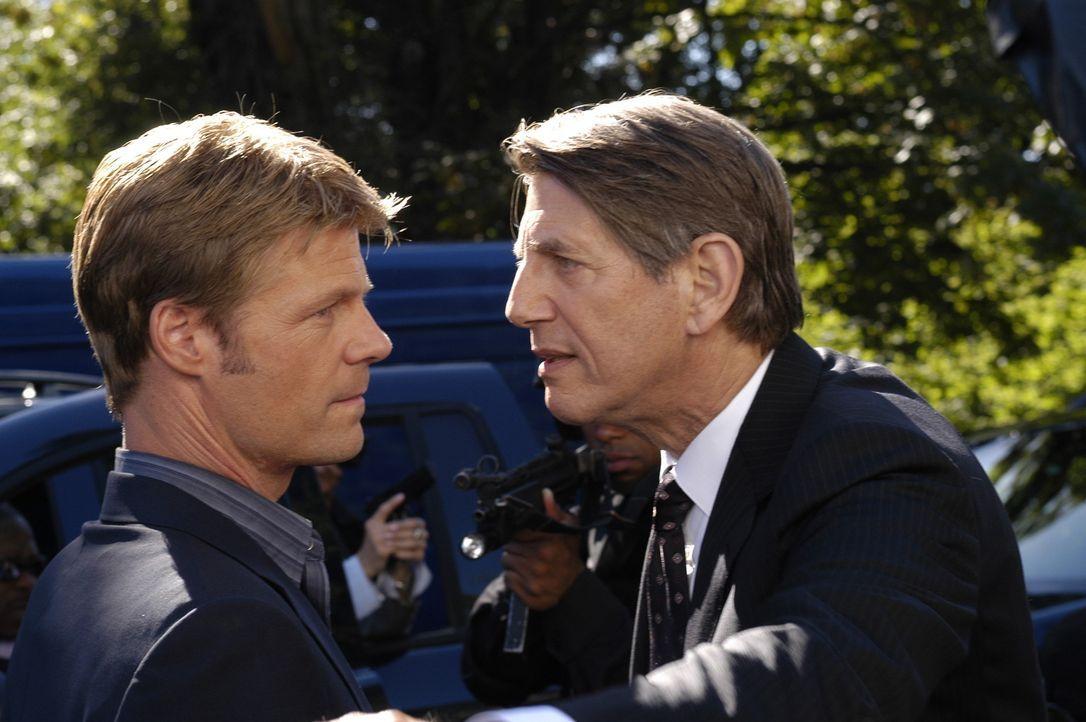 Tom (Joel Gretsch, l.) ist sich nicht sicher, ob Dennis Ryland (Peter Coyote, r.) was mit der Seuche, die die Rückkehrer heimsucht, etwas zu tun hat... - Bildquelle: Viacom Productions Inc.