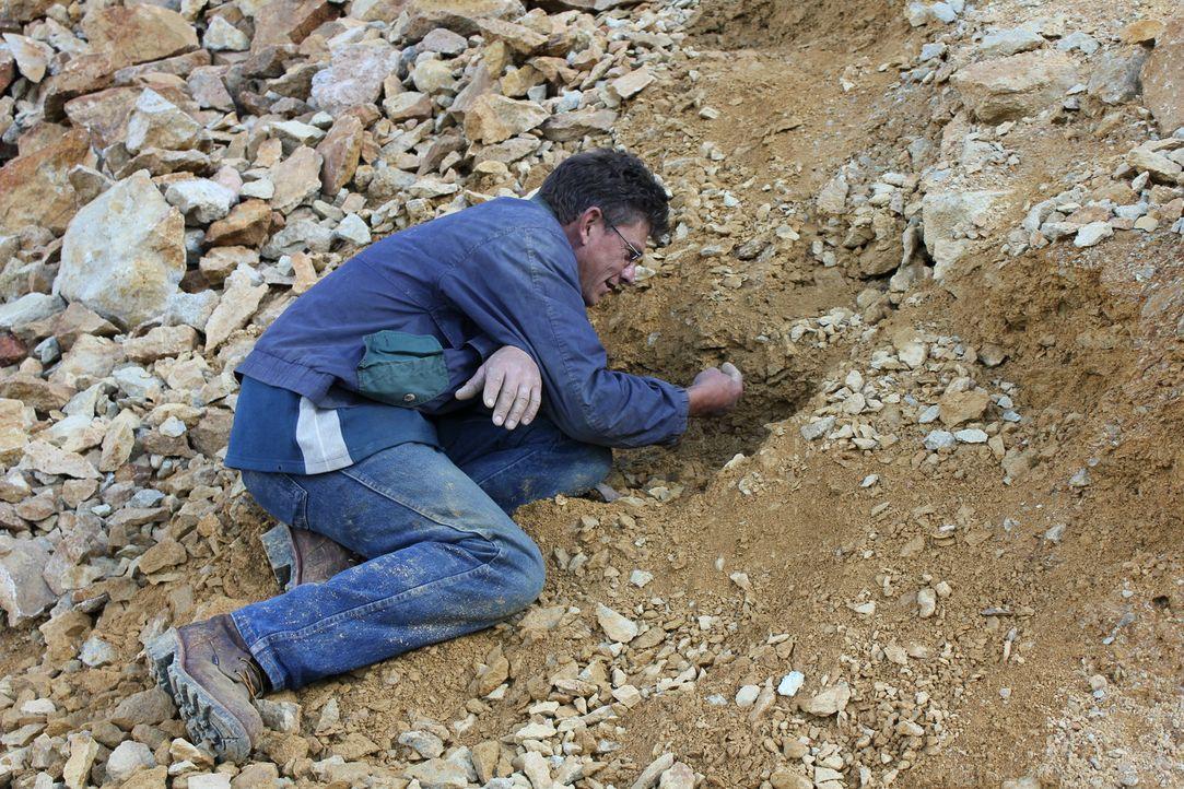 Während der gesamten Suche muss Travis Anderson besonders vorsichtig sein. Eine falsche Bewegung reicht aus und er rutscht mit den Steinen in den Ab... - Bildquelle: High Noon Entertainment 2014