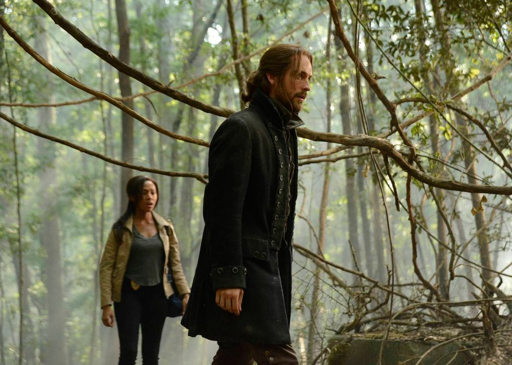 Als ein nichtidentifizierbarer Junge in Sleepy Hollow auftaucht, merken Ichabod (Tom Mison, r.) und Abbie (Nicole Beharie, l.) schnell, dass etwas m... - Bildquelle: 2013 Twentieth Century Fox Film Corporation. All rights reserved.