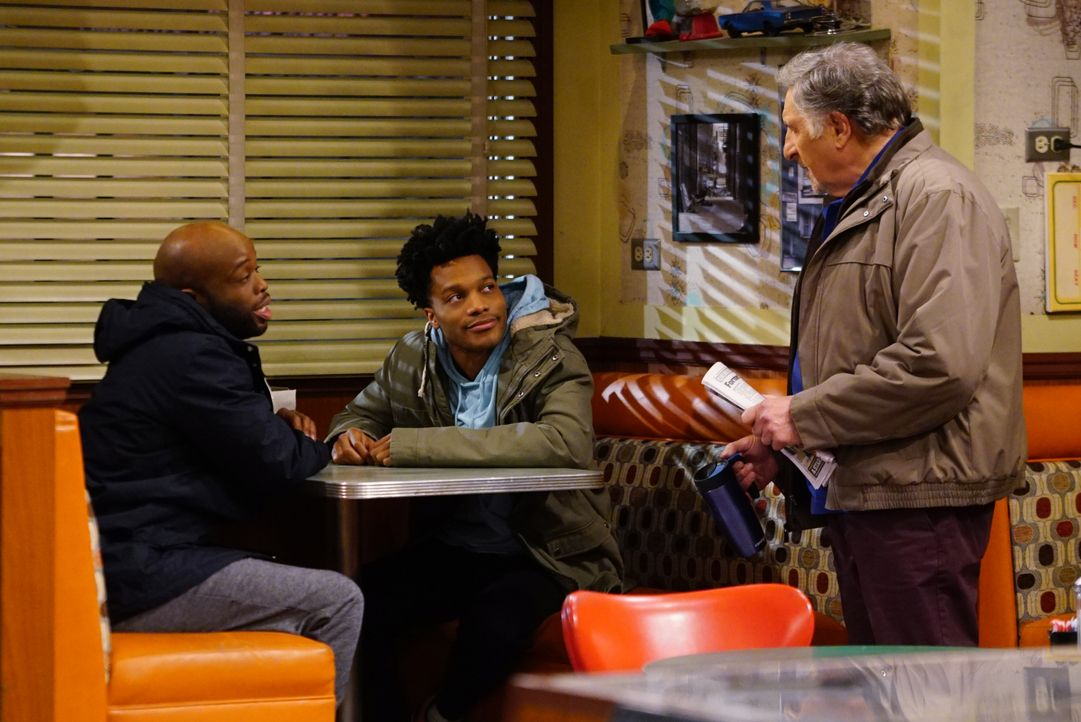 Arthur (Judd Hirsch, r.) ist geschockt, als er erfährt, warum Sweatpants (Rell Battle, l.) und Franco (Jermaine Fowler, M.) die Nacht im Donut Laden... - Bildquelle: Sonja Flemming 2016 CBS Broadcasting, Inc. All Rights Reserved. / Sonja Flemming