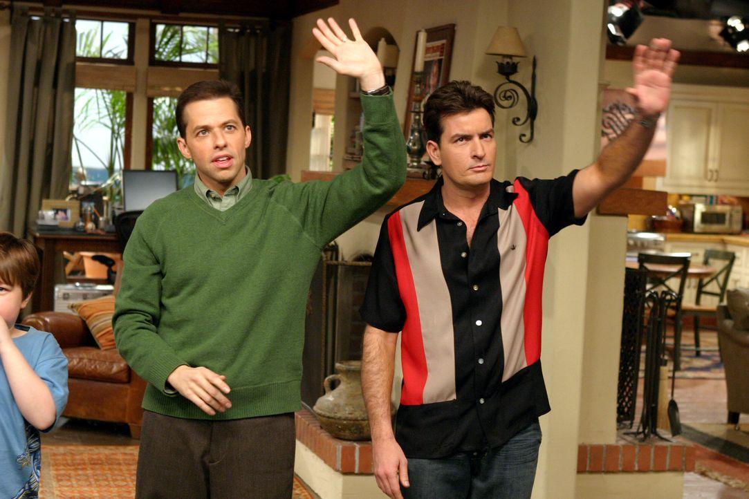 """Zwischen Charlie (Charlie Sheen, r.) und Alan (Jon Cryer, l.) beginnt ein harter Rivalitätskampf, denn jeder will die """"hübsche Irre"""" für sich gewinn... - Bildquelle: Warner Brothers Entertainment Inc."""