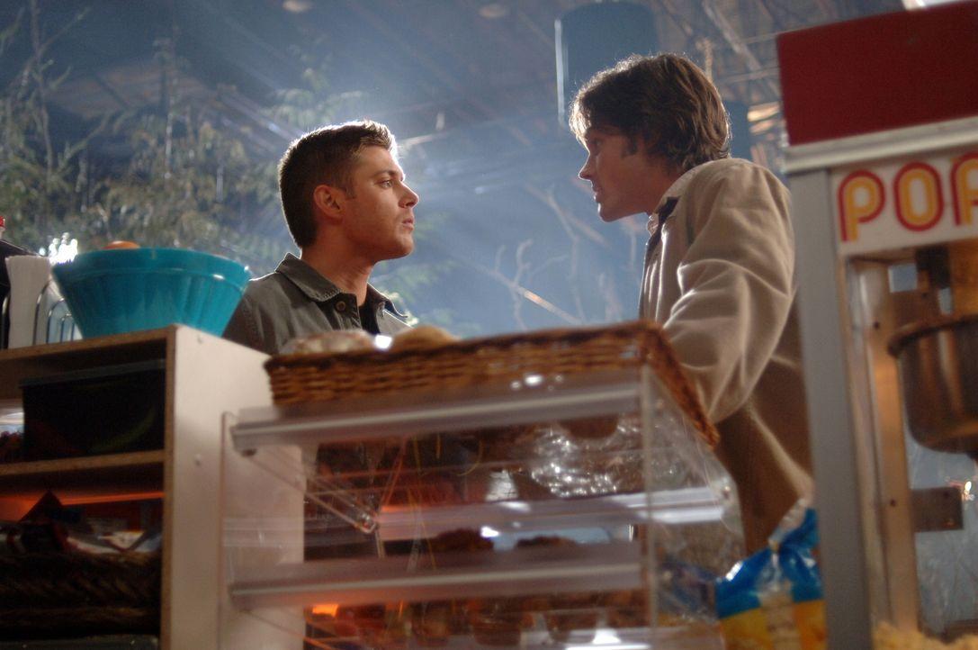 Nach und nach entdecken Sam (Jared Padalecki, r.) und Dean (Jensen Ackles, l.), dass sie es mit einem verfluchten Filmset zu tun haben ... - Bildquelle: Warner Bros. Television