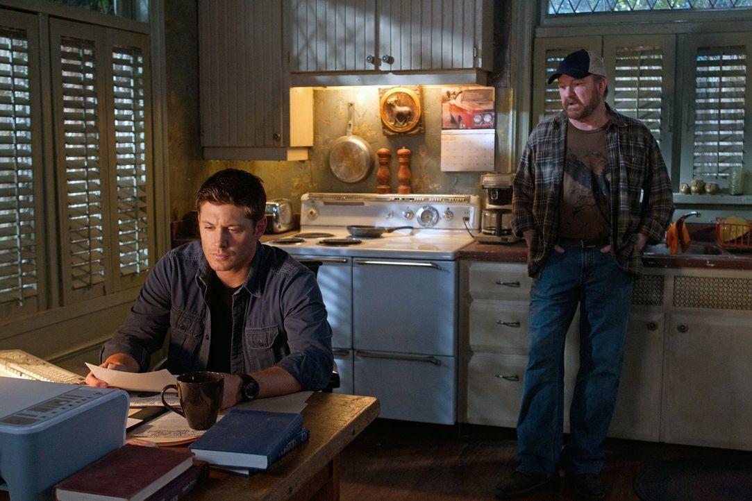Machen sich Sorgen um Sam: Bobby (Jim Beaver, r.) und Dean (Jensen Ackles, l.) ... - Bildquelle: Warner Bros. Television