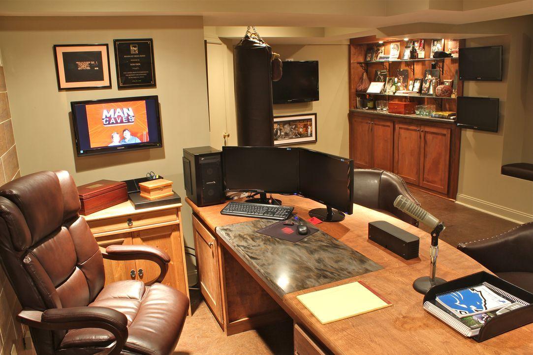 """Work-Life-Balance: In seiner Hörfunkhöhle kann Sportreporter Bob dank dem """"Man Caves""""-Team ab sofort ungestört Radioübertragungen aus seinem Keller... - Bildquelle: Nathan Frye 2011, DIY Network/Scripps Networks, LLC.  All Rights Reserved."""