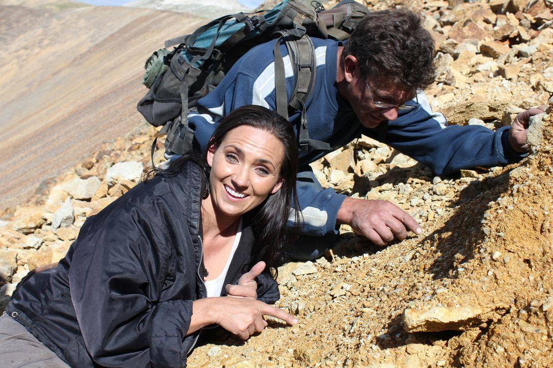Nach einigen Startschwierigkeiten entdecken Travis Anderson (r.) und Amanda Adkins (l.) endlich kleine Edelstein-Splitter ... - Bildquelle: High Noon Entertainment 2014