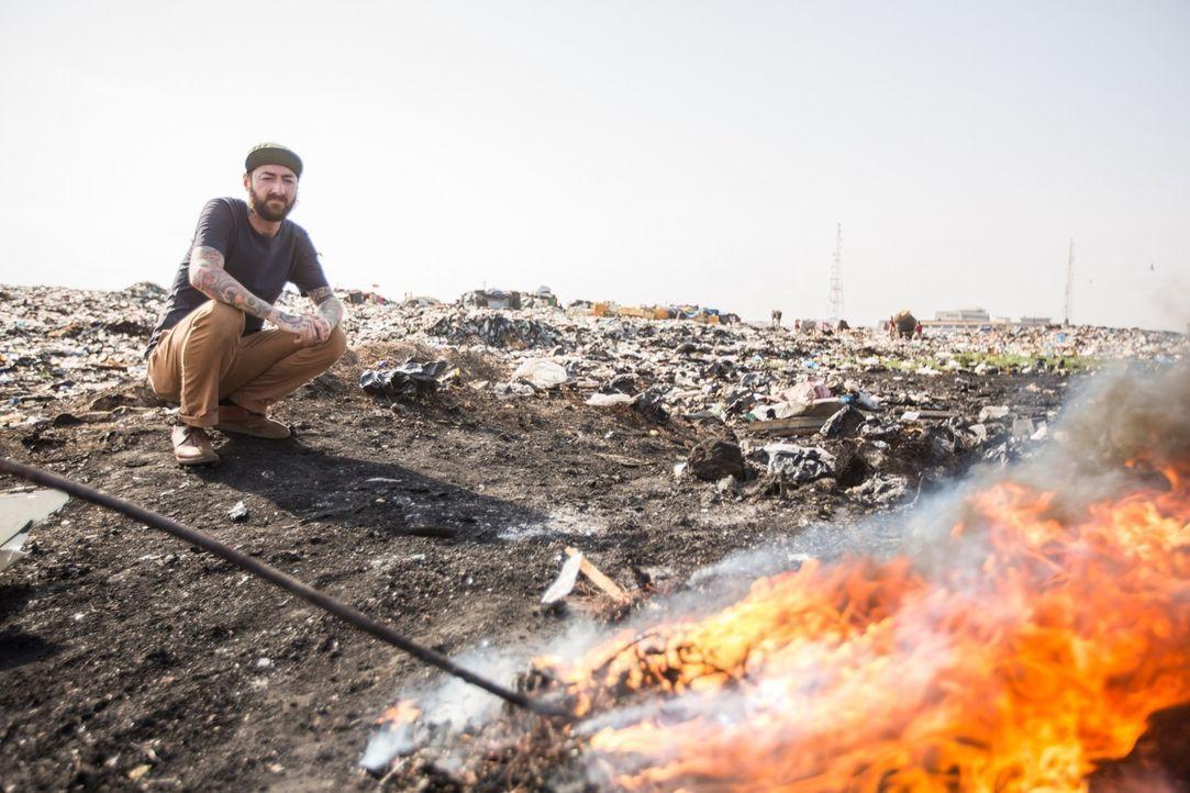 Reporter Oliver Plöger blickt hinter die Kulissen der Elektroschrottdeponie von Agbogbloshie in Ghana, auf und vor der knapp 50.000 Menschen leben -... - Bildquelle: ProSieben MAXX
