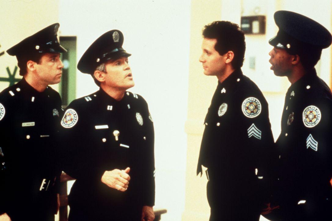 Lagebesprechung: Mahoney (Steve Guttenberg, l.), Captain Harris (G.W.Bailey, Mitte l.), Proctor G (Lance Kinsey, Mitte r.) und Jones (Michael Winslo... - Bildquelle: Warner Bros.