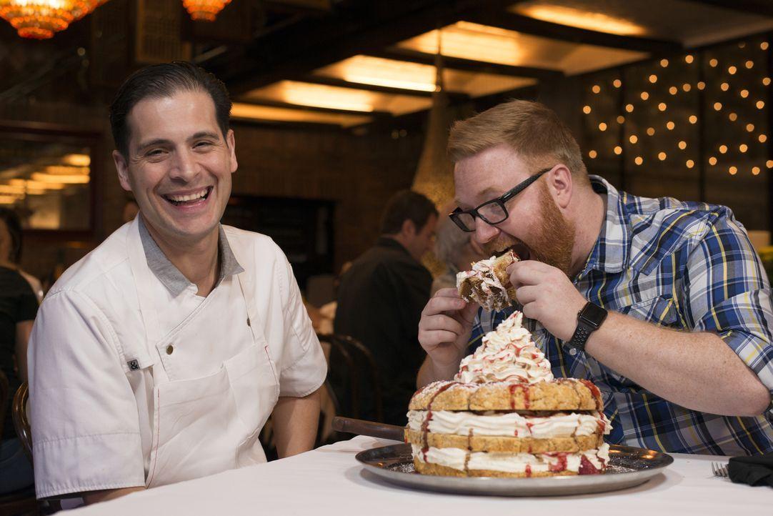 Küchenchef Frank Cervantes (l.) ist gespannt, was Josh (r.) zu seinem Strawberry Skyscraper sagen wird, einem Wolkenkratzer aus vielen Schichten Kuc... - Bildquelle: 2017, Television Food Network, G.P. All Rights Reserved.
