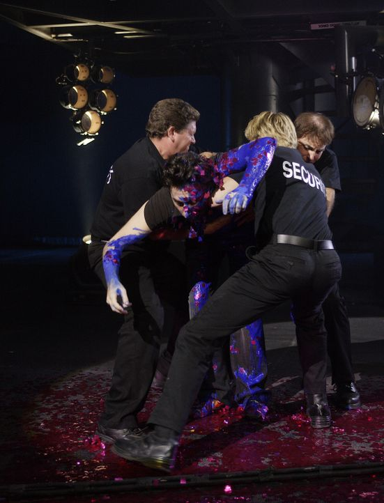 J.D. (Zach Braff, M.) wird von der Polizei von der Bühne geholt ... - Bildquelle: Touchstone Television